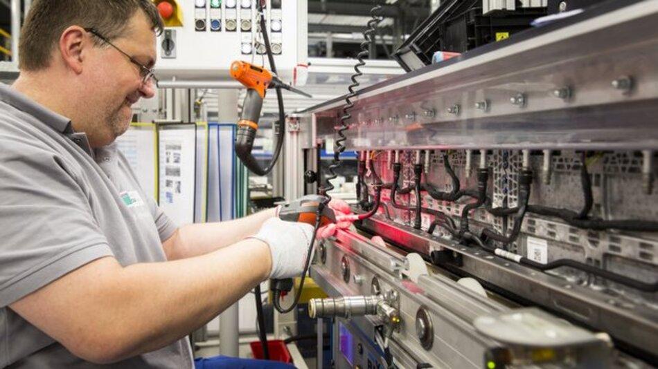 Montage von Kühlschläuchen an einem Batteriemodul bei der Deutschen ACCUmotive.