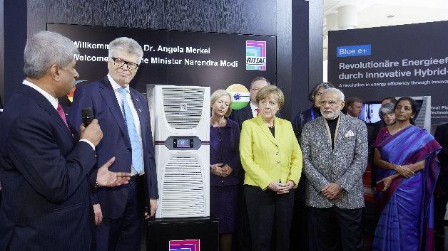 Angela Merkel mit dem indischen Premierminister Narendra Modi am Rittal-Stand mit Blue e+.