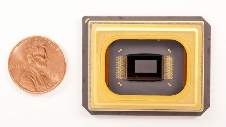 Die kompakten Maße des neuen DLP-Chips von TI verdeutlicht dieser Größenvergleich mit einer Münze.