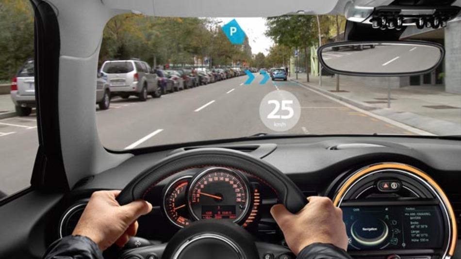 Kombination des realen Verkehrsgeschehen und virtuellen Hinweise dank der Augmented-Reality-Brille von Mini.