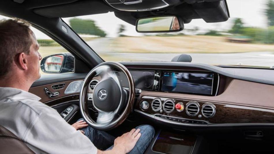 Für Themen, wie automatisiertes Fahren oder Car2X-Kommunikation spielt Sicherheit (Safety und Security) eine entscheidende Rolle.