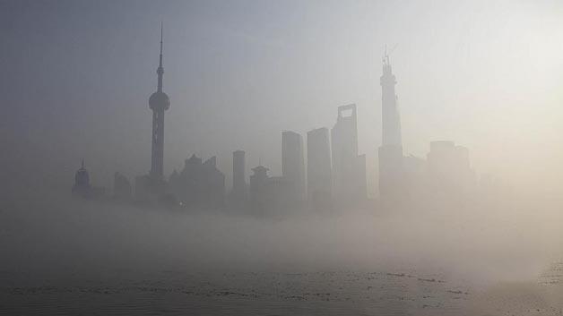 Chinesische Großstädte versinken immer mehr im Smog. Elektro- und Hybridfahrzeuge sollen dazu beitragen, die Luftqualität wieder zu verbessern.