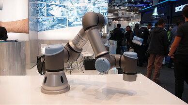 Der dänische MRK-Pionier Universal Robots präsentierte den einarmigen Leichtbau-Tischroboter UR3, der bei einem Gewicht von 11 kg eine Traglast von 3 kg hat. Weil er so programmierbar ist, dass er bei einer Kontaktkraft von 50 N automatisch stoppt, k