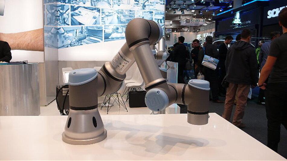 Der dänische MRK-Pionier Universal Robots präsentierte den einarmigen Leichtbau-Tischroboter UR3, der bei einem Gewicht von 11 kg eine Traglast von 3 kg hat. Weil er so programmierbar ist, dass er bei einer Kontaktkraft von 50 N automatisch stoppt, kann er direkt neben Menschen arbeiten. Die Anwendungen des Roboters umfassen die gesamte Fertigungsindustrie.