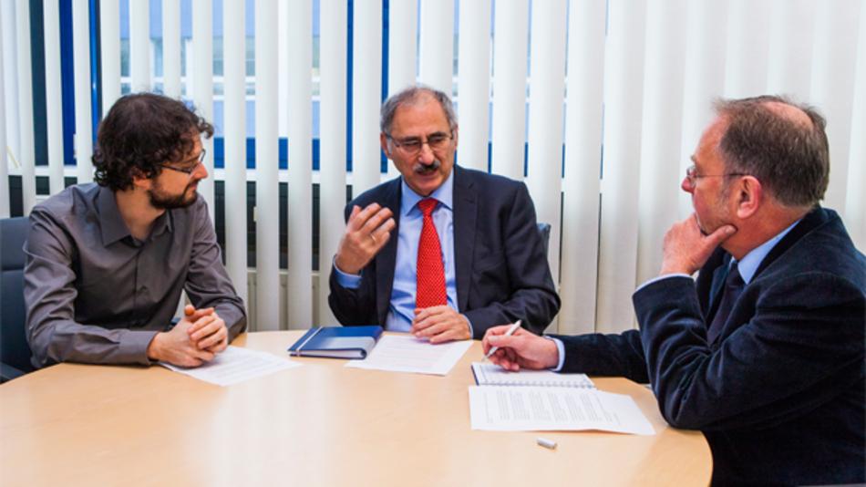 Roland Steffen mit Matthias Heise (links) und Wolfgang Hascher (rechts): »Ich kann mir nur schwer ein Labor vorstellen, in dem viele Geräte sich gegenseitig Messwerte zurufen«.