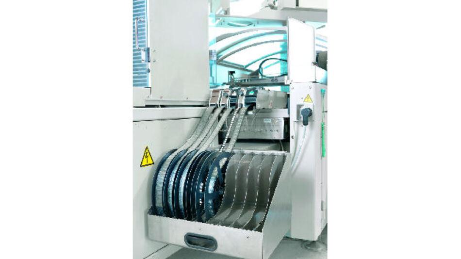 """Bild 2. Die Stiftleisten werden automatengerecht in """"Tape on Reel"""" verpackt und in Standardgurtbreite geliefert. So lassen sie sich einfach in den THR-Prozess integrieren."""