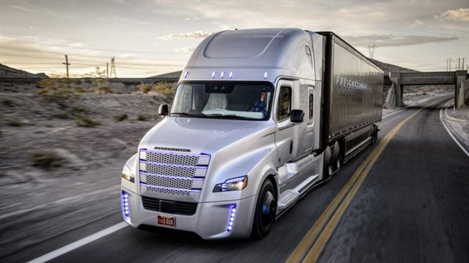 Der Freightliner Inspiration Truck mit Highway Pilot erhält im Bundesstaat Nevada die weltweit erste Straßenzulassung für einen autonomen Lkw.