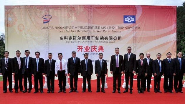 Zahlreiche Vertreter von Knorr-Bremse und der Dongfeng Motor Group begleiteten die Eröffnung des Joint Ventures im chinesischen Shiyan.