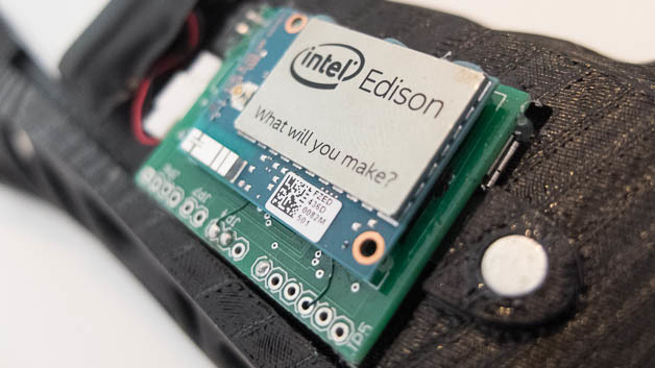 Im Edison-Modul steckt u.a. der Pentium-kompatible Quark-Prozessor. Mit diesem SoC will Intel insbesondere den Markt für Wearables erobern, wie hier mit dieser »Gips«-Schiene, die nicht aus Gips ist, sondern aus dem 3D-Drucker kommt.