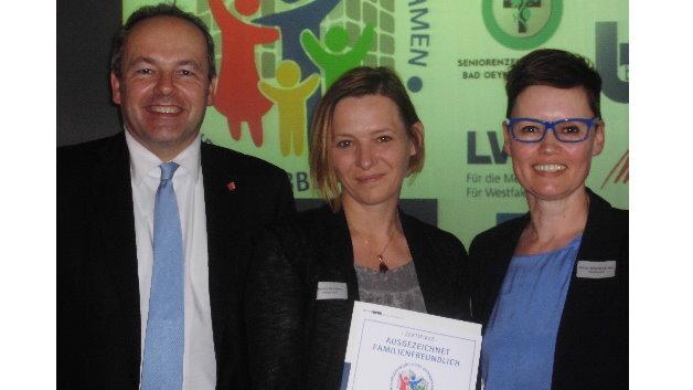 Melanie Hülsmann, Personalreferentin (Mitte), und Sabine Wittenbrink-Daut , Zentralbereichsleiterin Personal (rechts), nahmen die Auszeichnung von Landrat Dr. Ralf Niermann entgegen