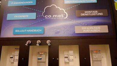 Das blau-weiße Gehäuse sticht farblich hervor: PPCs neuestes Smart Meter Gateway am Stand der co.met in Essen