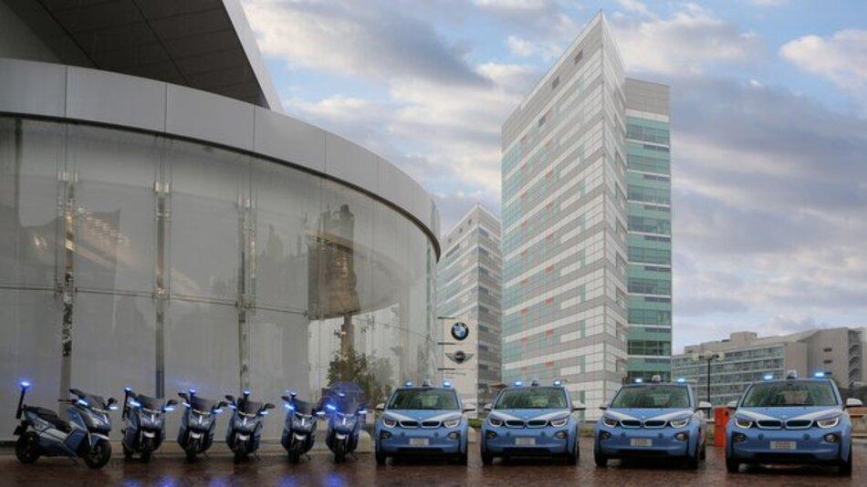 Mit Blaulicht, aber ohne CO2-Ausstoß: BMWs Elektroflotte für die Expo in Mailand.