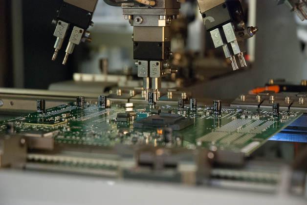 Bestückung von durchkontaktierten Komponenten in der Mainboard-Fertigung bei Fujitsu in Augsburg.