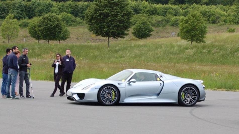 Hier lohnt sich das Warten: eine (Mit-)Fahrt mit dem Porsche 918 Spyder war mehr als begehrt.