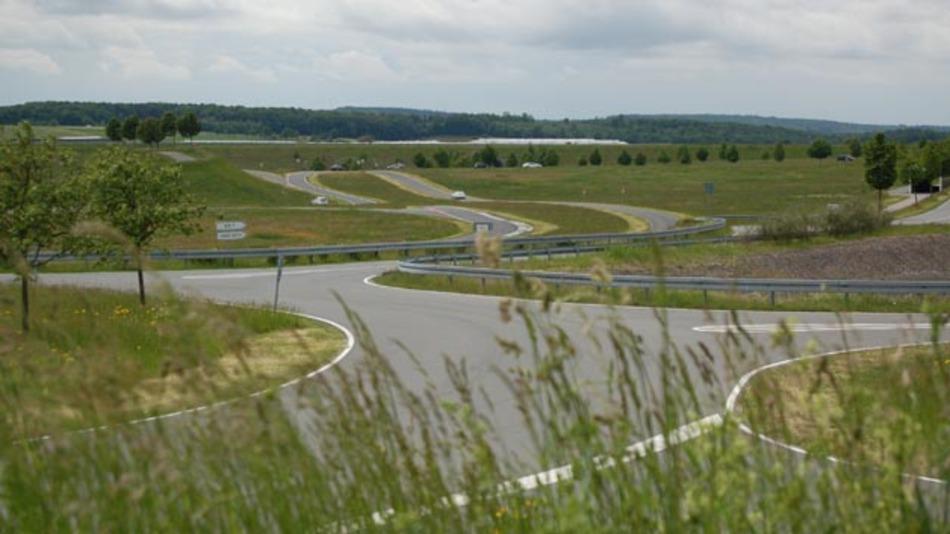 Auf dem 94 ha großen Gelände des Prüfzentrums befindet sich eine  Viel zahl unterschiedlicher Test strecken mit einer Gesamtfläche von  24 ha.