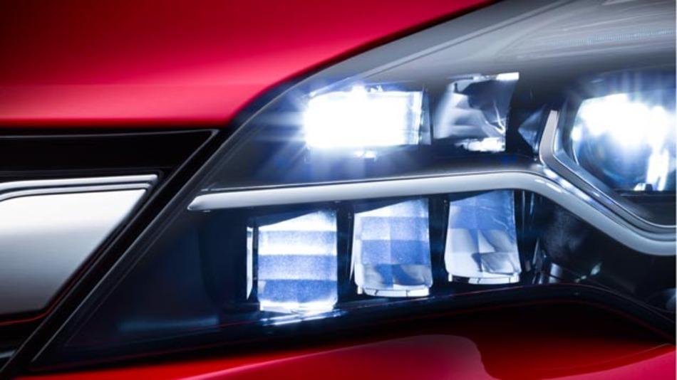 Opel IntelliLux LED an: Das aus 16 Elementen – acht auf jeder Fahrzeugseite – bestehende neue Voll-LED-Matrix-System passt die Länge des Lichtstrahls und die Verteilung des Lichtkegels automatisch und kontinuierlich jeder Verkehrssituation an.