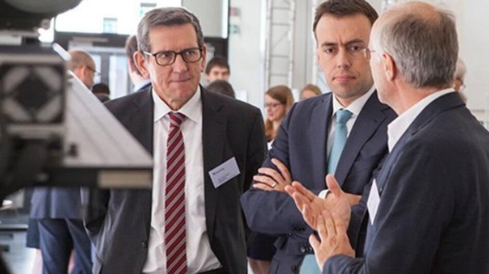 Minister Dr. Nils Schmid sowie Prof. Reinhold R. Geilsdörfer, Präsident der DHBW, lassen sich auf der Hausmesse des Fraunhofer IAF aktuelle Forschungsprojekte erklären.