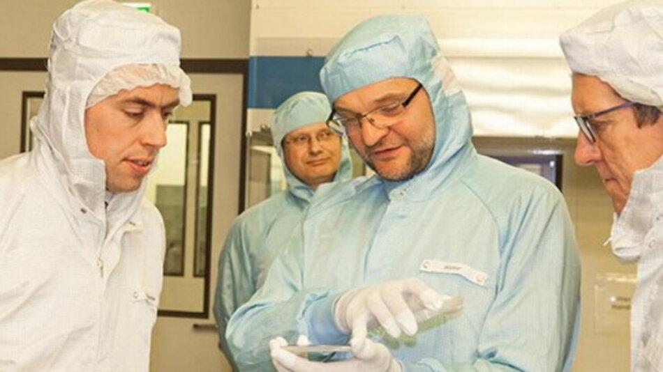 Im Reinraum des Fraunhofer IAF informieren sich Minister Dr. Nils Schmid und Prof. Reinhold R. Geilsdörfer, Präsident der DHBW, über Epitaxieverfahren für Radarsensorik.