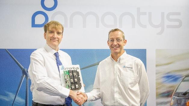 Dr. Uwe Kaltenborn (Leitung Corporate Technology der Reinhausen-Gruppe) mit Mark Snook (rechts, Head of Technology bei Amantys Power Electronics) freuen sich auf die zukünftige Zusammenarbeit und die Weiterentwicklung innovativer Technologien.