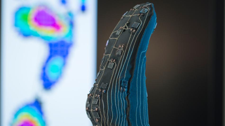 Die Forscher des Fraunhofer ISC präsentierten auf der Sensor+Test einen Prototypen eines Spezial- Strumpfs mit eingebauten Sensoren unter anderem für Diabetespatienten. Diese leiden an den Füßen oftmals an Nerven- und Durchblutungsstörungen, ihr Schmerzempfinden ist herabgesetzt. Bei gesunden Menschen sorgen die Nervenbahnen bei längerem Stehen dafür, dass sich das Gewicht automatisch von einem Fuß auf den anderen verlagert. Diabetiker merken hingegen nicht, dass ihre Zehen, Fersen oder Ballen zu stark belastet werden. Der Fuß wird nicht entlastet, unbemerkt können Druckgeschwüre entstehen. Schon kleine unebene Stellen oder der Druck des Schuhs auf den Fuß können zu offenen Wunden oder Schädigungen am Gewebe führen. Im Spezialstrumpf der Fraunhofer-Forscher messen insgesamt 40 sehr dünne, dielektrische Elastomersensoren die Druckbelastung und -verteilung und übernehmen so die Funktion der Nerven. Bisher gab es vergleichbare Systeme nur als Einlegesohle, damit wurde nur die Unterseite des Fußes überwacht. Mit dem Spezialstrumpf können beispielsweise auch Knöchel und Ferse überwacht werden. Die Elektronik befindet sich derzeit noch am Strumpfende, sie soll später in einem abnehmbaren Gehäuse untergebracht werden, damit der Strumpf inklusive der Sensorik gewaschen werden kann.