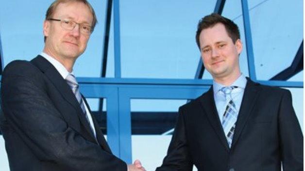 Gert Carstens von Balluff (links) und Max Wunderlich von Polytec (rechts) freuen sich auf die Zusammenarbeit.