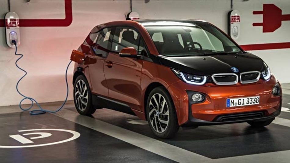 Mit dem Elektromobilitätsgesetz will die Bundesregierung Besitzer eines Elektroautos wie den BMW i3 mit Sonderrechten unterstützen.