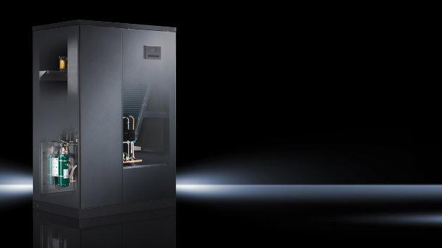 Das Präzisionsklimagerät für Direktverdampfung CRAC DX saugt die warme Luft des Rechenzentrums an der Geräteoberfläche an, kühlt diese in einem geschlossenen Wärmetauscher ab und bläst die abgekühlte Luft mit Überdruck in den Doppelboden ein. Von dort gelangt die Luft über Lüftungsplatten zurück ins Rechenzentrum. Die Verbindung zum luftgekühlten Kondensator erfolgt über Kältemittelleitungen. Die Verflüssigereinheit wird extern platziert.