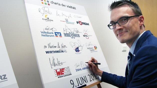 Daniel Reif unterzeichnet für Ziehl-Abegg die Charta der Vielfalt im Heilbronner Welcome Center.