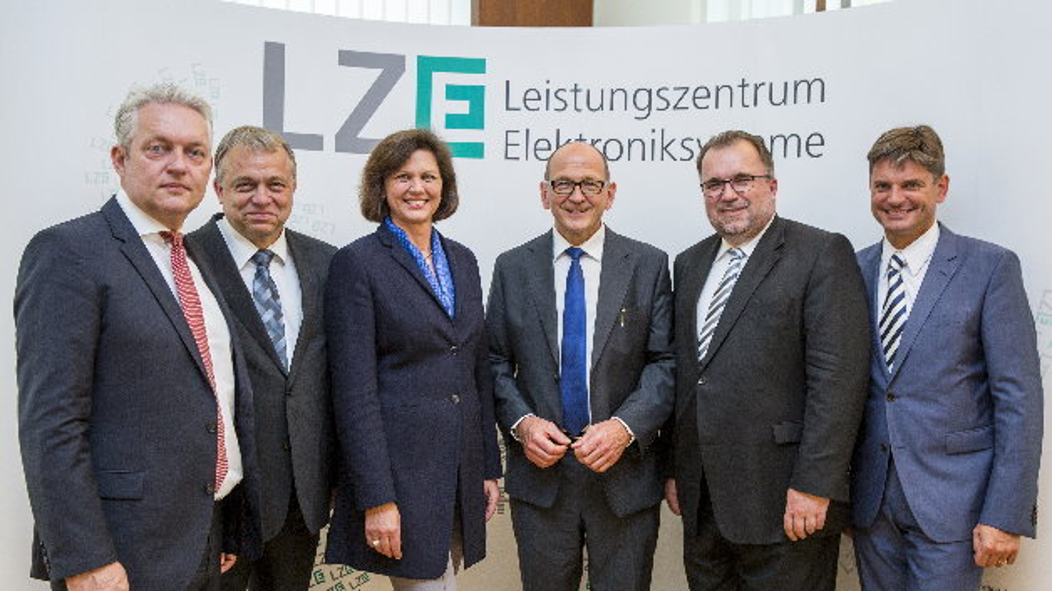Die bayerische Wirtschaftsministerin Ilse Aigner stellt im Ministerium zusammen mit Prof. Dr. Alexander Verl, Prof. Dr. Lothar Frey, Prof. Dr. Albert Heuberger, Prof. Dr. Siegfried Russwurm und Prof. Dr. Joachim Hornegger das Leistungszentrum Elektroniksysteme (LZE) vor (von links nach rechts).