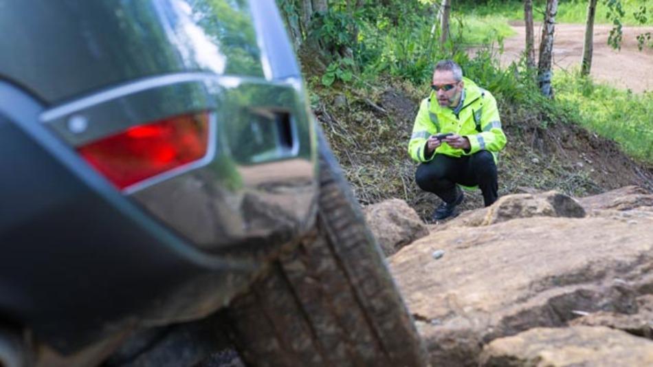 Jaguar Land Rover zeigt Fahrzeugsteuerung von außen per Smartphone und eigenständiges Wendemanöver.