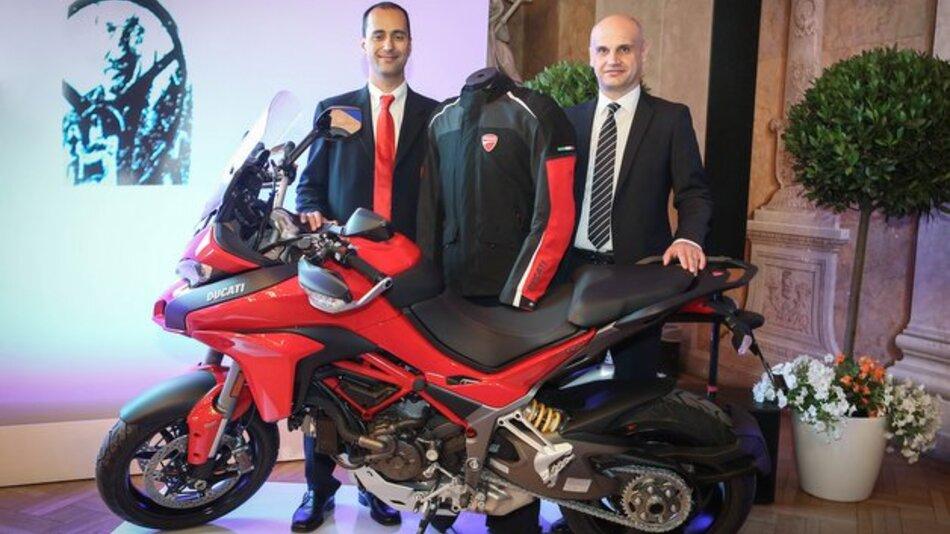 Die beiden Preisträger Federico Sabbioni (Ducati) und Luigi Ronco (Dainese) mit der Airbag-Jacke und einer dafür ausgerüsteten Ducati Multistrada D-Air.