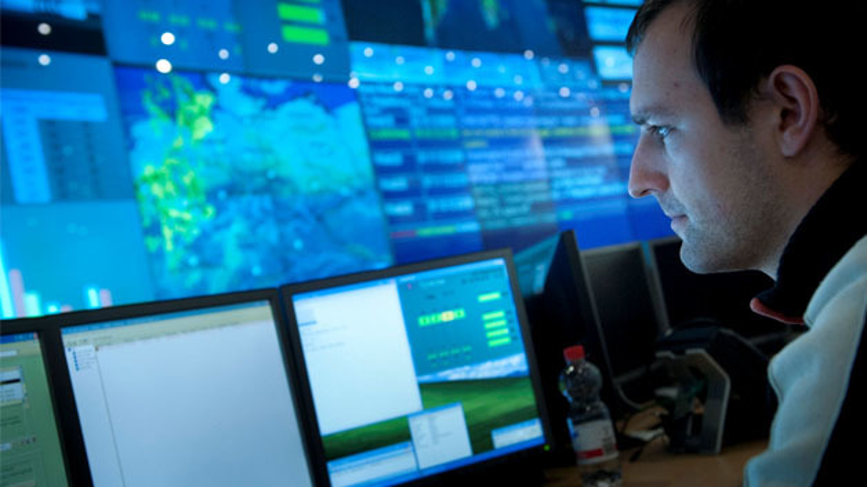 Mitarbeiter im T-Systems Rechenzentrum in Magdeburg.