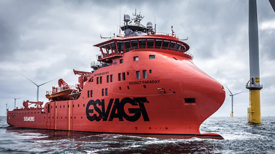"""((Für den Offshore-Service der Windkraftanlagen nutzt Siemens das SOV """"Faraday"""" der dänischen Reederei ESVAGT. Das Schiff wurde spezielle für die Anforderungen der Anlagenwartung auf hoher See gebaut. Das Schiff ist 83,70 Meter lang, 17,60 Meter breit und hat einen Tiefgang von 6,50 Metern. An Bord gibt es Werkstatträume und Ersatzteillager. Außerdem bietet die """"Faraday"""" 40 Technikern und 20 Crew-Mitgliedern mehrere Wochen lang eine Unterkunft.))"""