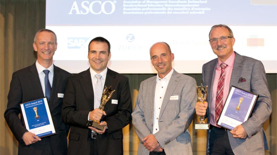 Feierliche Übergabe des ASCO-Awards im Hotel Park Hyatt Zürich (v.l.n.r.): Claudio Valeri (Head of Production & Logistics, Kistler), Peter Frei (Global Lean Manager, Kistler), Rolf Sonderegger (CEO Kistler Group) und Robert Ulrich (geschäftsführender Partner, Wertfabrik).