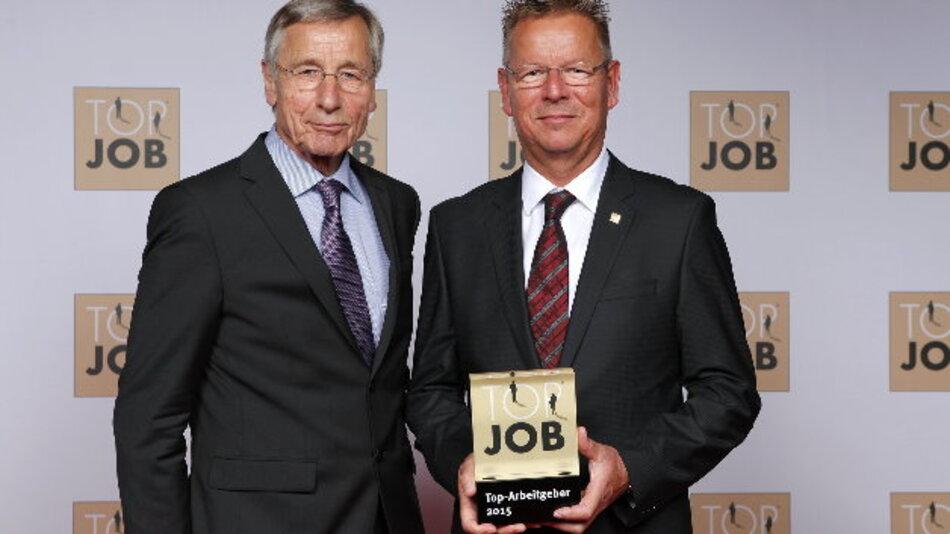 Stephan-C. Köhler (r.), Human-Resources-Direktor von Endress+Hauser Conducta, nimmt die Trophäe »Arbeitgeber des Jahres 2015« aus den Händen von »Top Job«-Mentor Wolfgang Clement entgegen.
