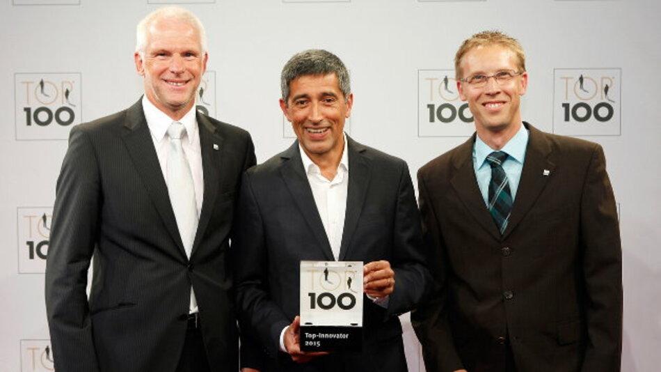 Ranga Yogeshwar (Mitte) überreichte Hermann Püthe (Geschäftsführer, links) und Uwe Auer (Betriebs-/Produktionsleiter, rechts) das »Top 100«-Siegel