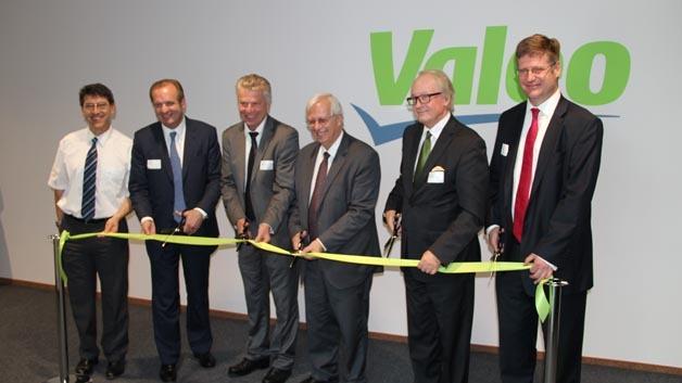 Eröffnung des Erweiterungsbaus: In der Mitte CEO Jacques Aschenbroich, ganz links Stiv Smudja, Standortleiter und Product Group Vice President.