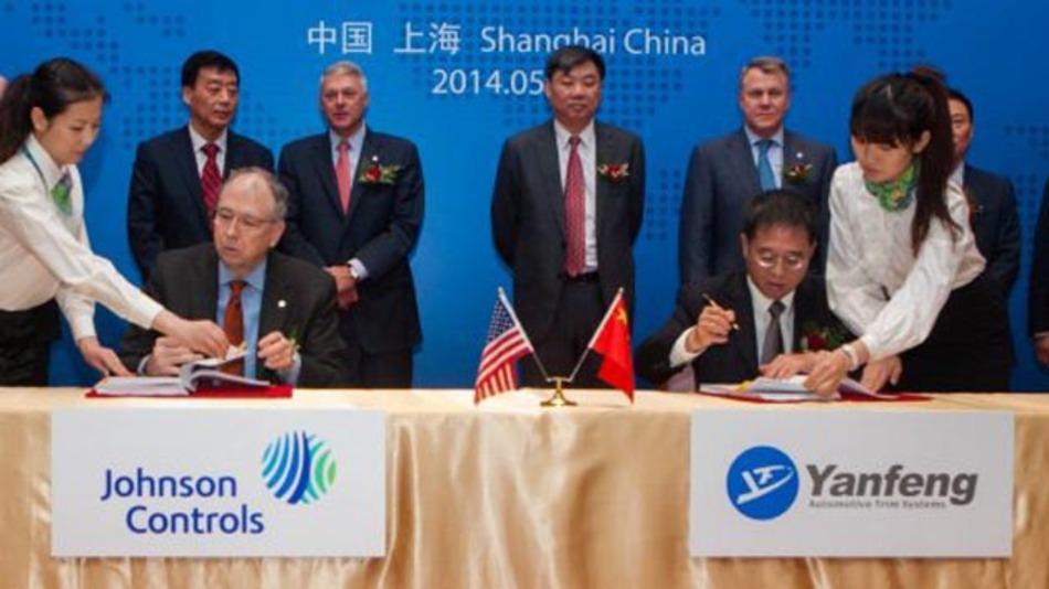 Alex Molinaroli (links) Vostandsvorsitzender und CEO Johnson Control und Shen Jianhua, stellvertr. Vorstandsvorsitzender SAIC & HASCO und Vostandsvorsitzender von Yanfeng bei der Vertragsunterzeichnung.
