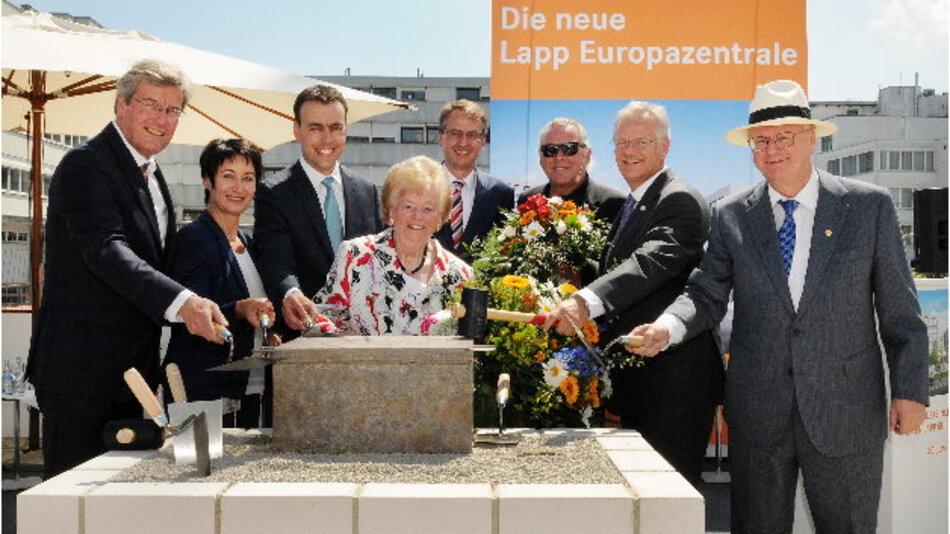 Eine solide Basis: Der Grundstein der neuen Lapp Europazentrale ist gelegt