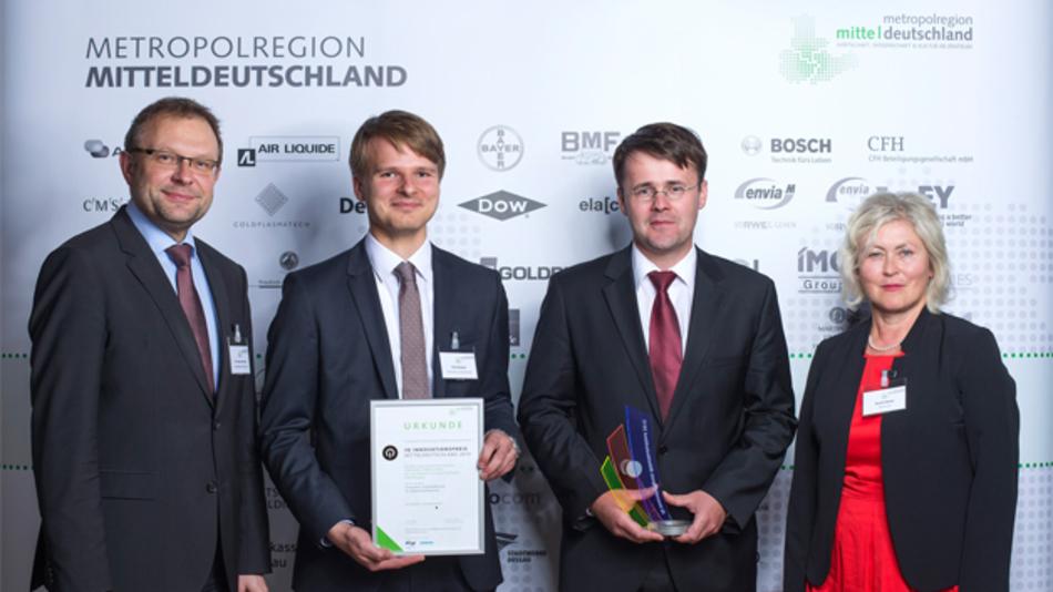 Der IQ Innovationspreis Mitteldeutschland ging in diesem Jahr an Fraunhofer-Forscher für die Entwicklung eines neuartigen Wasserstoff-Füllstandsensors: v.l.: Dr. Andreas Auerbach (envia Mitteldeutsche Energie AG), Felix Heubner, Dr. Lars Röntzsch (beide Fraunhofer IFAM Dresden), Kerstin Heinitz (Siemens AG)