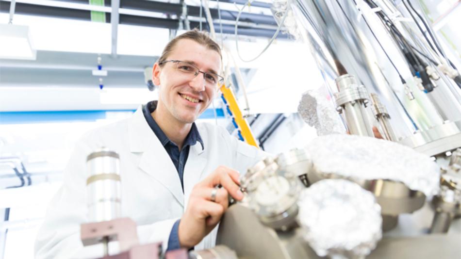 Dr. Christian Wagner aus der Nachwuchsgruppe »Complex Transport Regimes in Low Temperature Scanning Tunnelling Microscopy« am Peter Grünberg Institut des Forschungszentrums Jülich, in der das Raster-Quantenpunkt-Mikroskop entwickelt wurde.