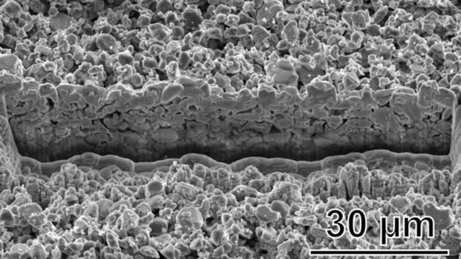 Durch das Ätzverfahren erzeugte poröse Oberfläche mit dadurch stärkerer Abstrahlung.
