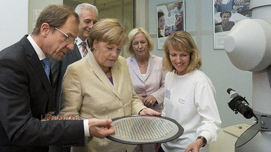 Bundeskanzlerin Angela Merkel, Bundesministerin für Bildung und Forschung Prof. Dr. Johanna Wanka und der Sächsische Ministerpräsidenten Stanislaw Tillich haben gemeinsam mit Dr. Reinhard Ploss, Vorstandsvorsitzender von Infineon Technologies, die politischen Rahmenbedingungen für eine wettbewerbsfähige Entwicklung und Fertigung in Deutschland diskutiert.