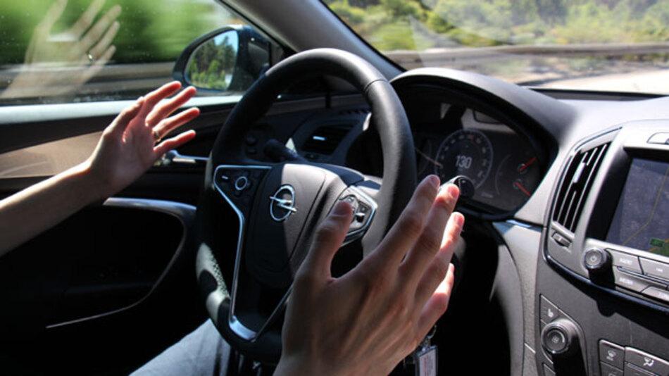 Auf dem Weg zum autonomen Fahren: Der Abstandsregeltempomat hält die eingestellte Geschwindigkeit und passt die Geschwindigkeit an das vorausfahrende Fahrzeug an. Die Lenkung folgt aktiv den Spurmarkierungen. Per Blinker lässt sich ein vollautomatisiertes Spurwechselmanöver einleiten.