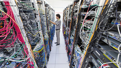 IT-Fachkraft im Serverraum