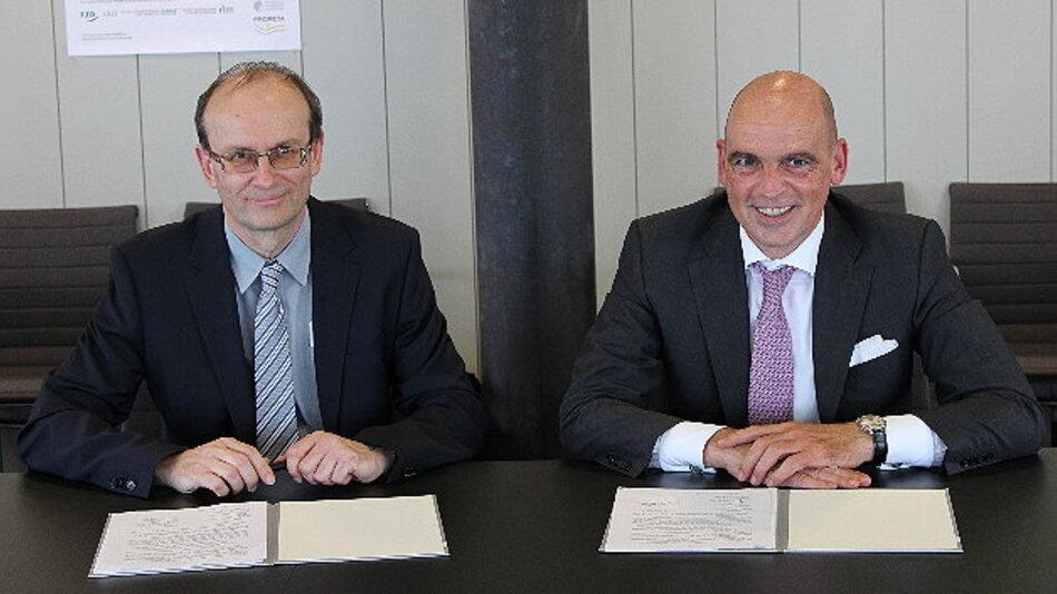 Professor Dr. Jürgen Rödel, Vizepräsident für Forschung der TU Darmstadt und Frank Jourdan, Mitglied des Vorstands der Continental AG sowie Präsident der Division Chassis & Safety (v. l. n. r.) unterzeichnen PRORETA 4.