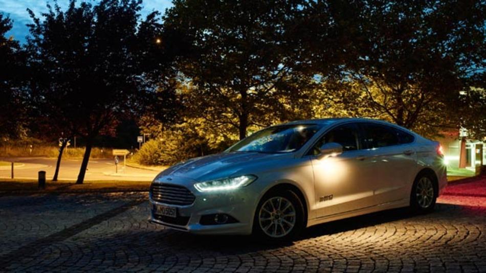 Ford entwickelt neue Licht-Techniken, mit denen potenzielle Gefahrenstellen und -quellen wie etwa Fußgänger, Radfahrer und Tiere auf der Fahrbahn noch leichter und frühzeitiger erkannt werden können.
