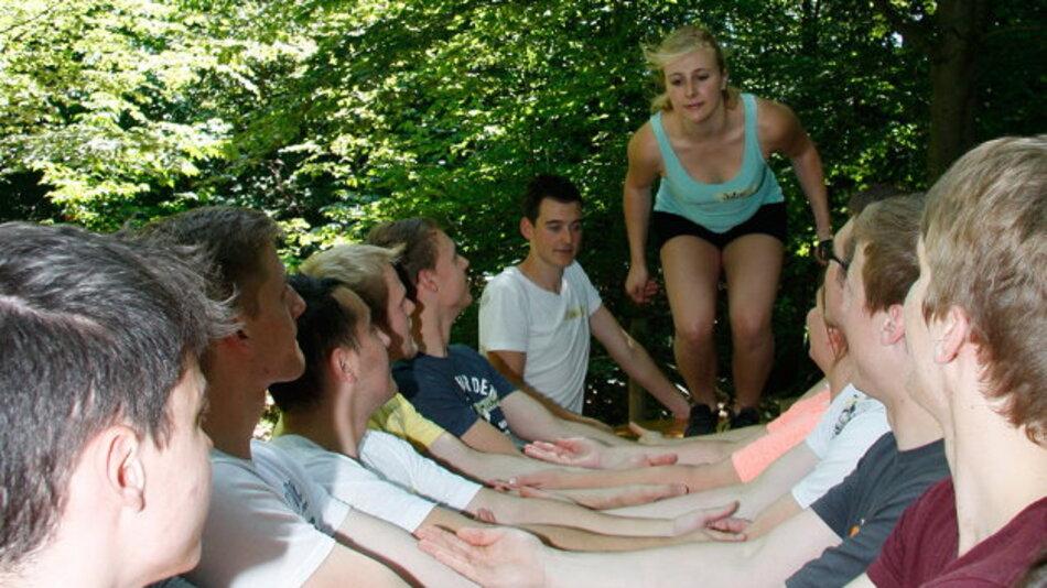 Sichere Landung fast immer garantiert: Wer ein duales Studium erfolgreich absolviert, hat den ersten Schritt auf der Karriereleiter praktisch schon in der Tasche. Im Kletterpark lernen die neuen »StudiumPlus«-Beginner der Friedhelm-Loh-Group, gemeinsam als Team zu funktionieren und einander Vertrauen entgegen zu bringen.