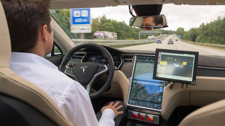 Für Sicherheit und Komfort beim hochautomatisierten Fahren ist die Aktualität des Kartenmaterials wichtig.