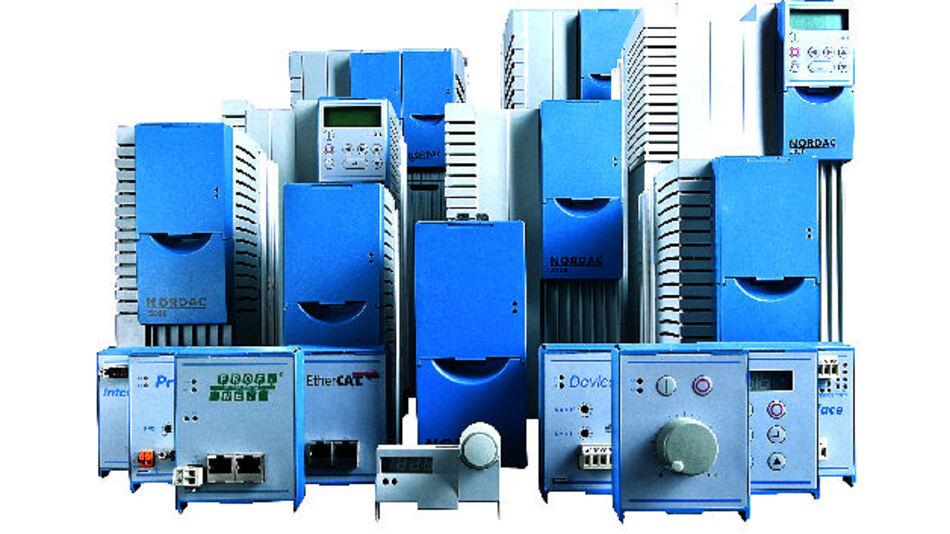 Die Frequenzumrichter der Reihe SK 500E: Bei den Modellen für höhere Leistungen – Baugrößen 8 bis 11 mit 45 bis 160kW – sorgen spezielle, jeweils mit zwei bis drei Axiallüftern kombinierte Hochleistungskühlkörper von CTX Thermal Solutions GmbH für den Abtransport der entstehenden Wärme.